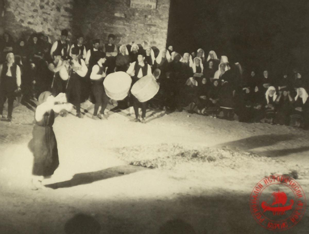 Баба Злата по време на нестинарски танц.