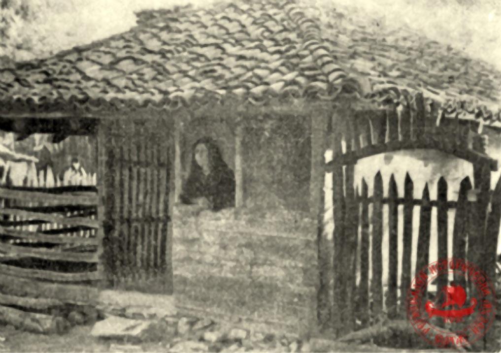 Баба Злата на входа на нестинарския конак в село Българи, който съществува и до ден днешен.