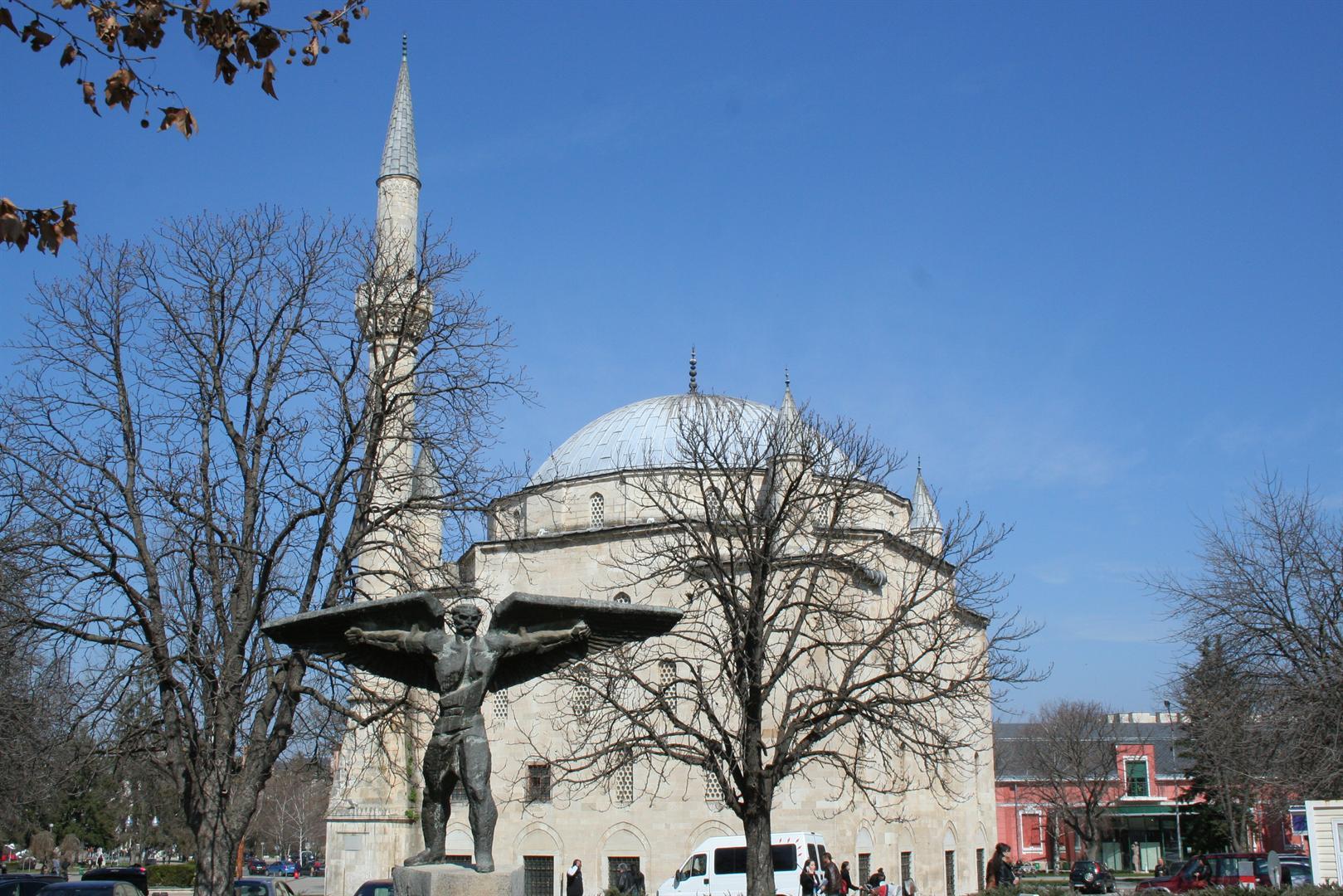 Паметникът на майстор Манол. На заден план джамията Ибрахим паша.