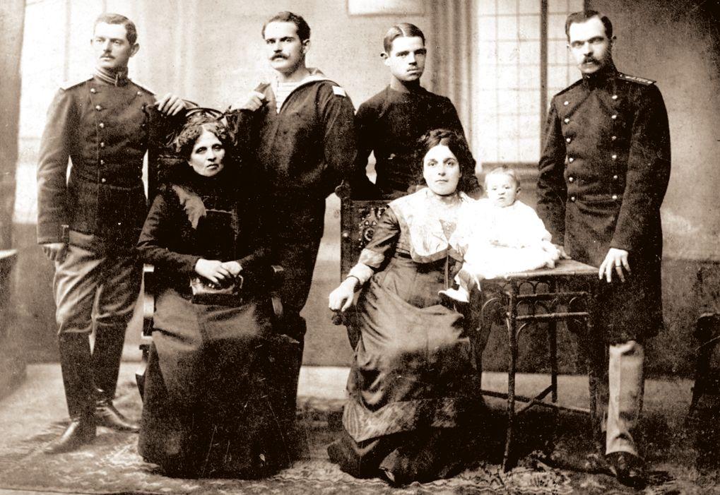 Райна княгиня с първата снаха Дафина и първата си внучка - Райна Иванова Дипчева, по мъж Филова. Зад тях от ляво на дясно са синовете на Райна Княгиня - Владимир, Георги, Асен и Иван Дипчеви