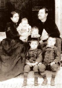 Райна и Васил Дипчеви и синовете им Иван, Георги, Владимир и Петър