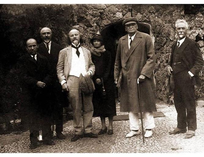 Руският поет Константин Болмонт (третият отляво) гостува в Плевен през 1929 г. със съпругата си и много харесва поезията на Никола Ракитин. На снимката той е вторият отляво.